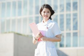 正看護師(常勤、美容クリニック、10~21時の間8h、年間休日125日)