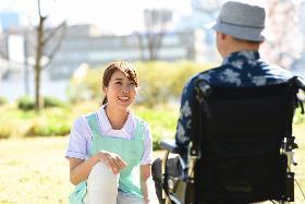 ヘルパー1級・2級(旭川市、介護付き有料老人ホーム、シフト制、週5日、駅から5分)